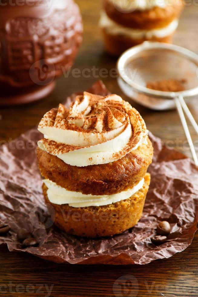 Tiramisú de cupcakes con sirope de café. foto