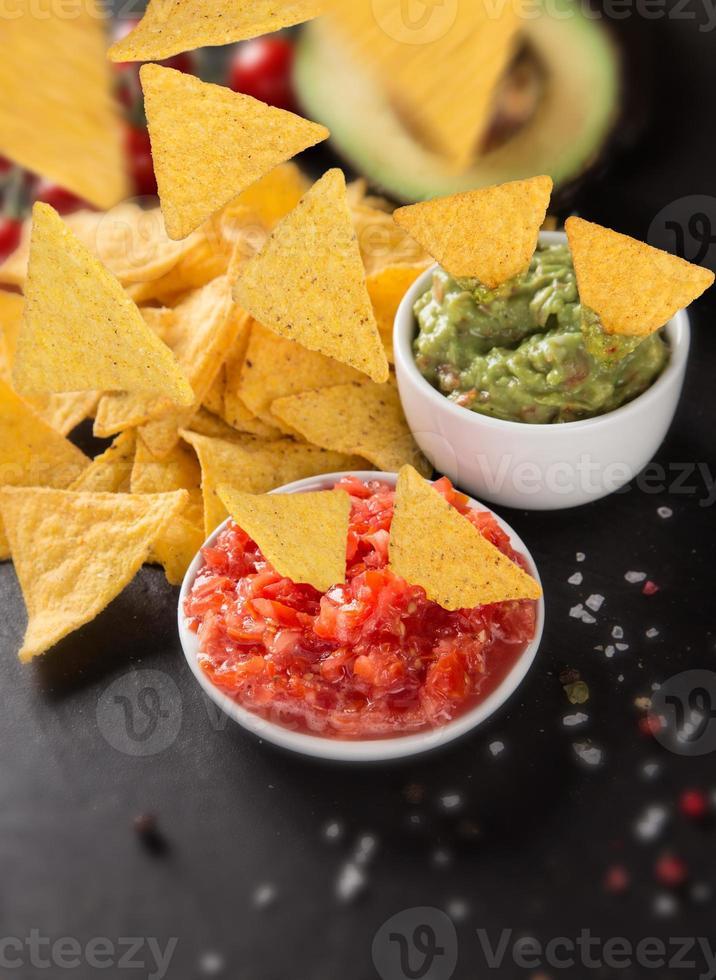 guacamole con nachos en movimiento de congelación foto