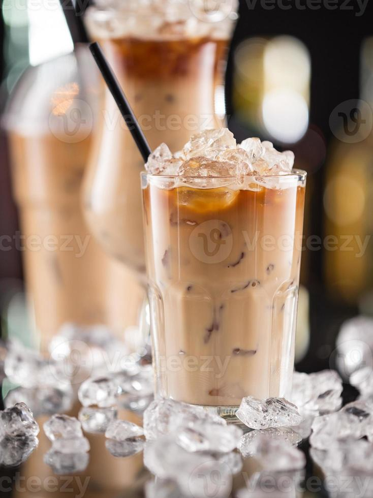 café con hielo en el escritorio de la barra foto
