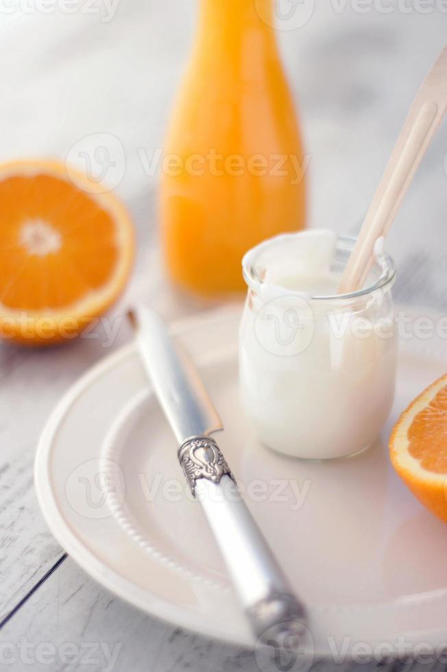 jugo de naranja fresco y yogurt de naranja foto