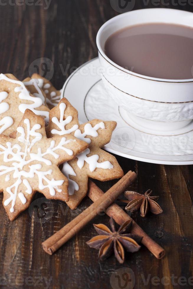 Navidad galletas de jengibre y cacao en una taza blanca. foto