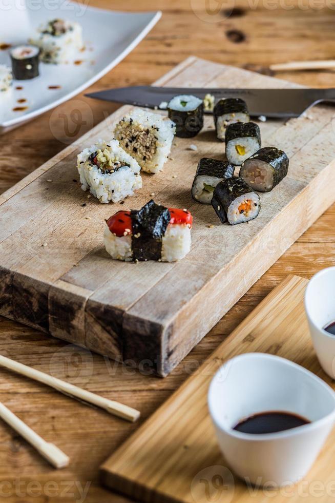 cortar sushi foto