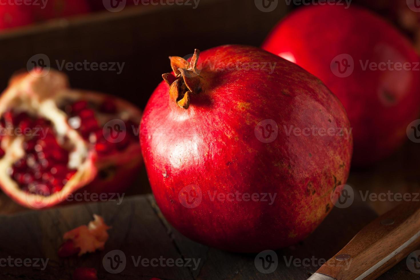 granadas rojas orgánicas crudas foto