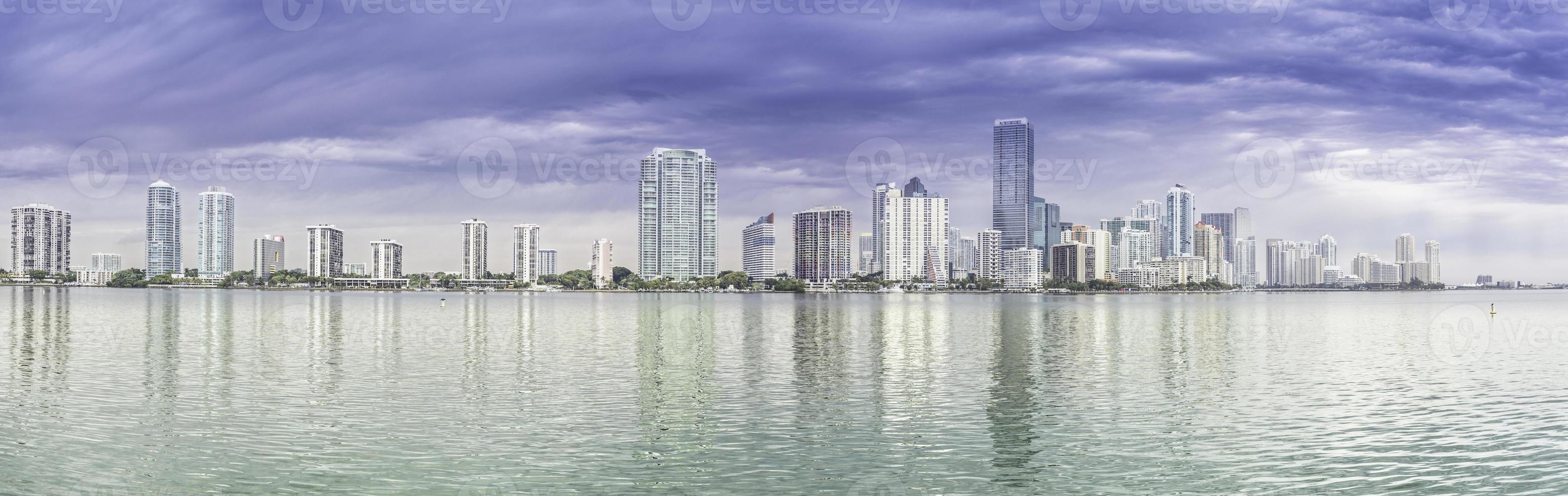 Panorama del horizonte de Miami desde la Bahía de Biscayne, Florida foto
