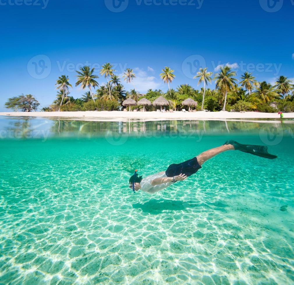 hombre nadando bajo el agua foto