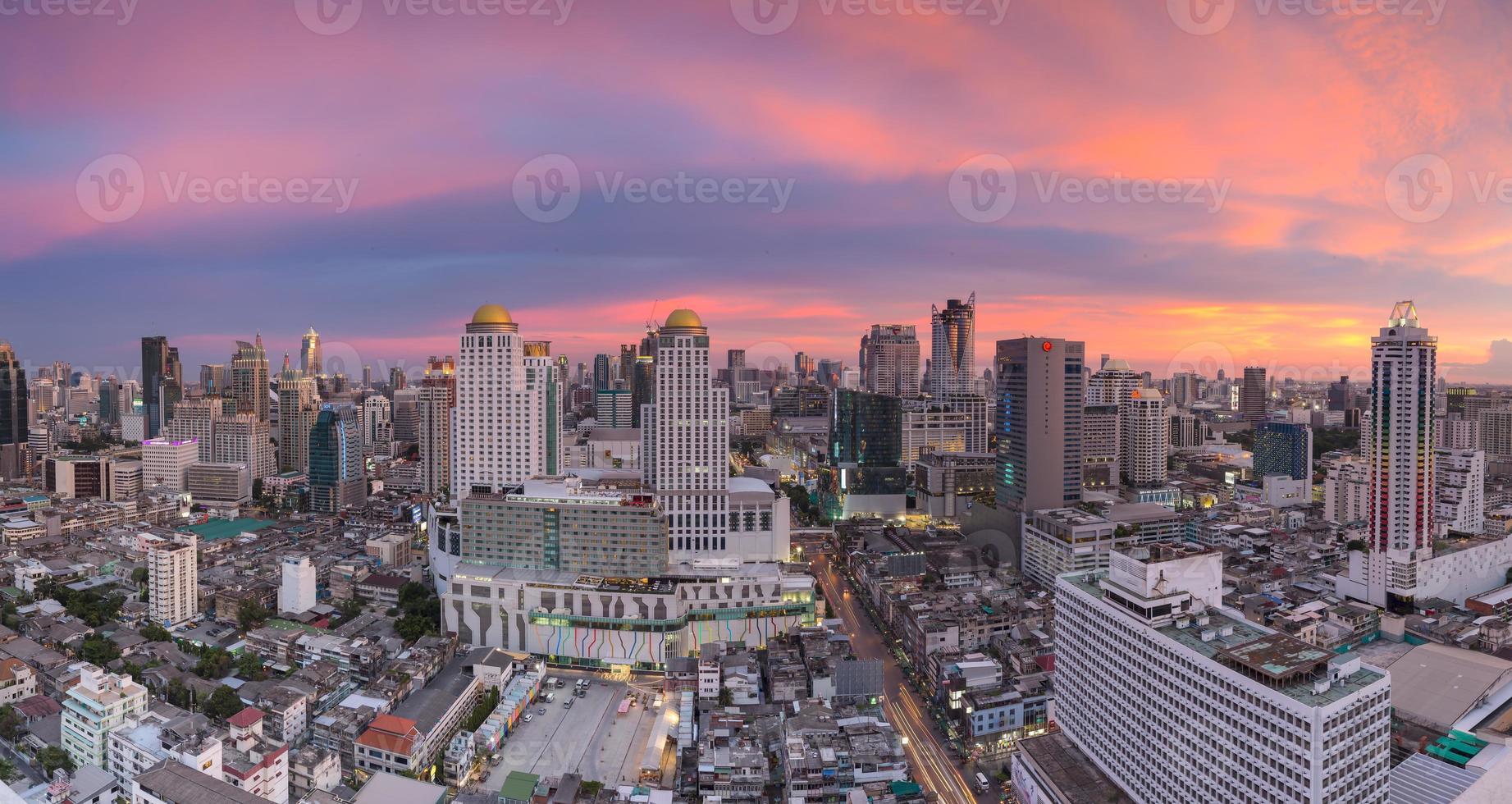 ciudad de bangkok al atardecer foto