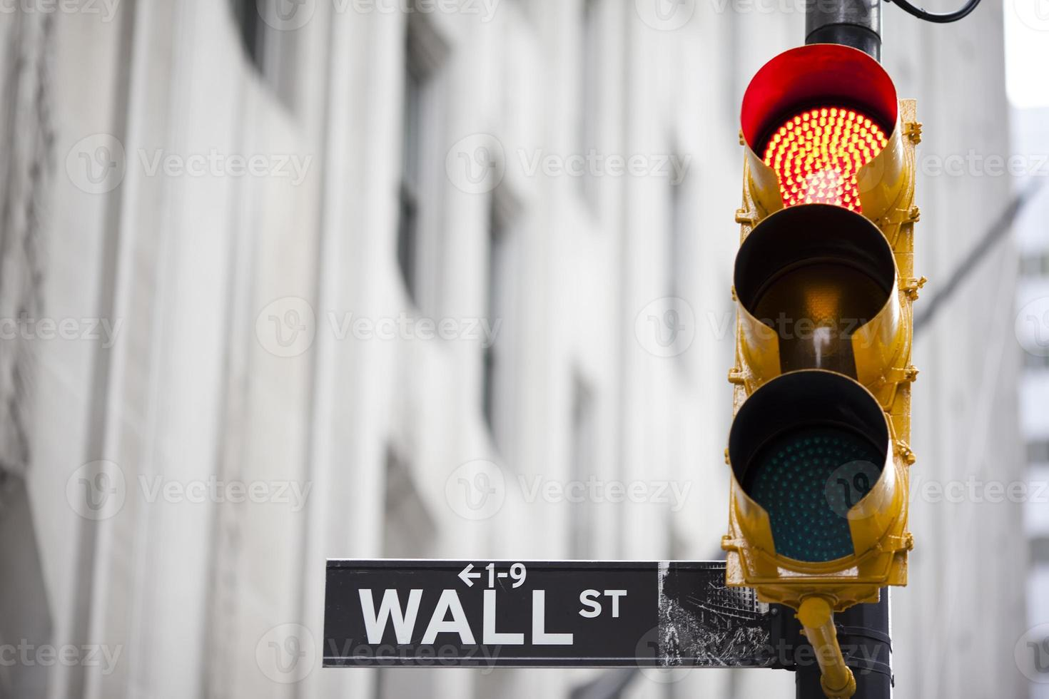 Wall Street y semáforo rojo foto