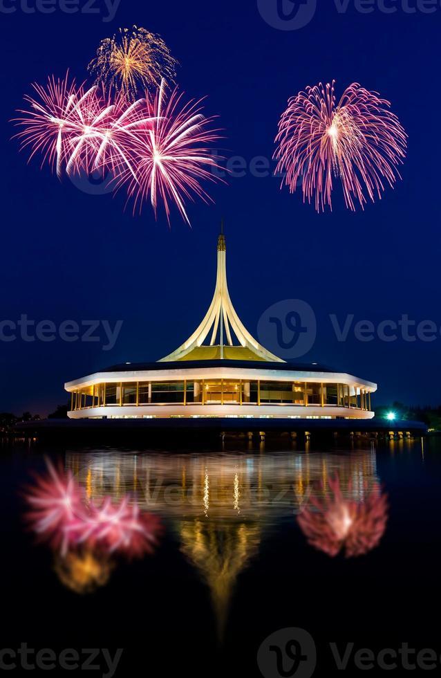 hermoso edificio con fuegos artificiales foto