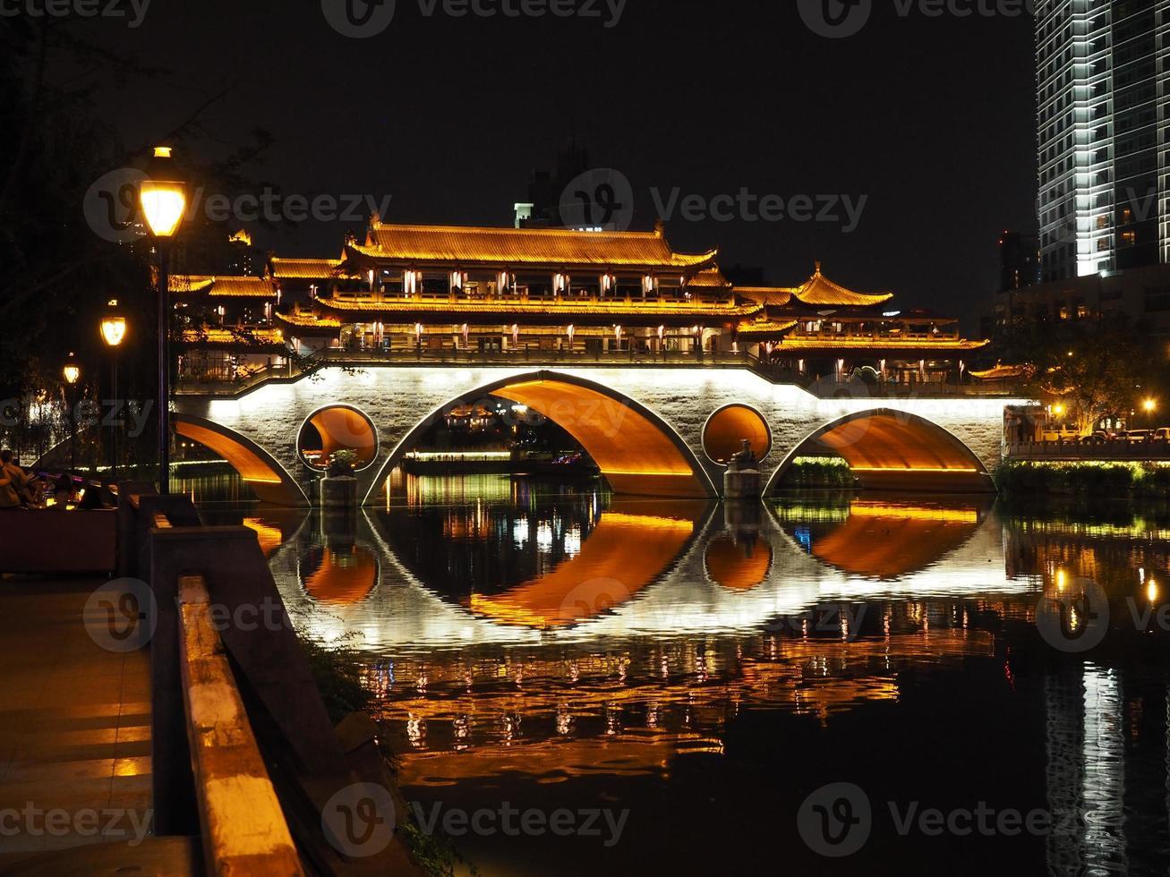 Puente de Anshun en la noche en Chengdu foto
