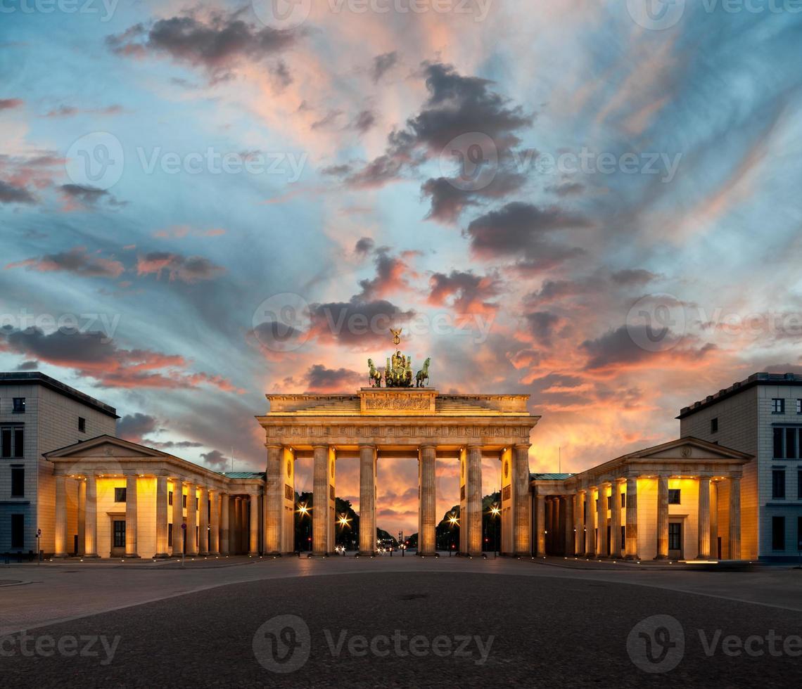 Puerta de Brandenburgo al atardecer foto
