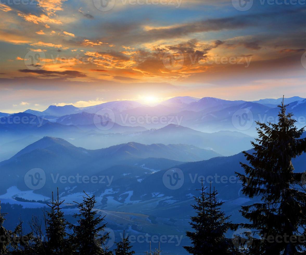 puesta de sol sobre las montañas foto