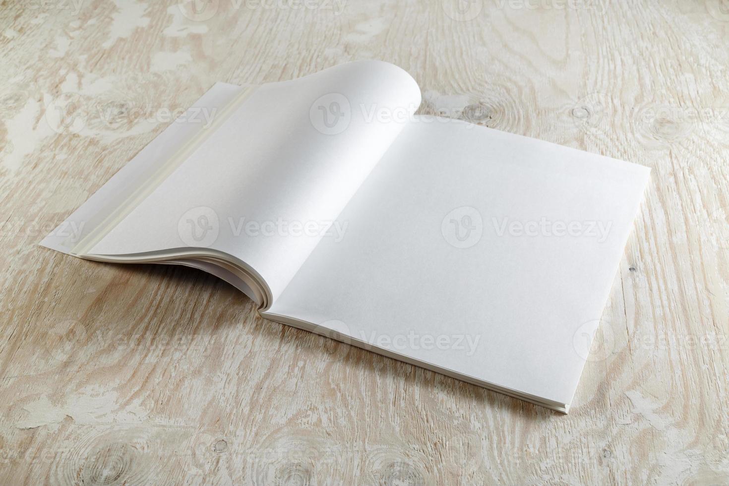 folleto abierto en blanco foto