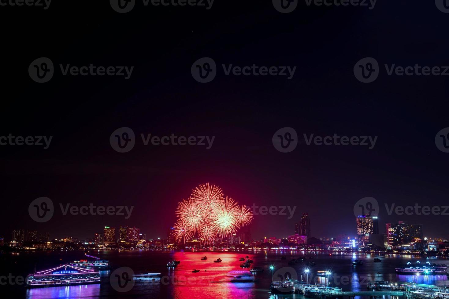 celebración de fuegos artificiales en la ciudad foto