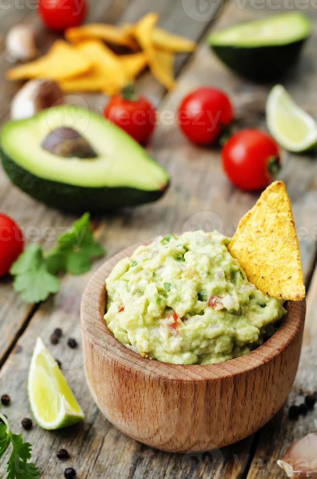 guacamole con chips de maíz foto