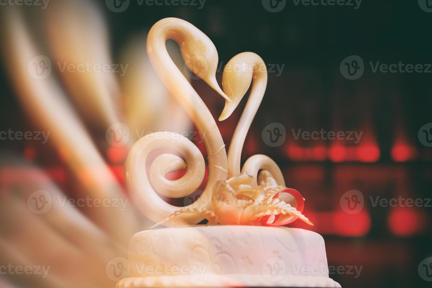 cisnes de caramelo en un pastel de bodas foto