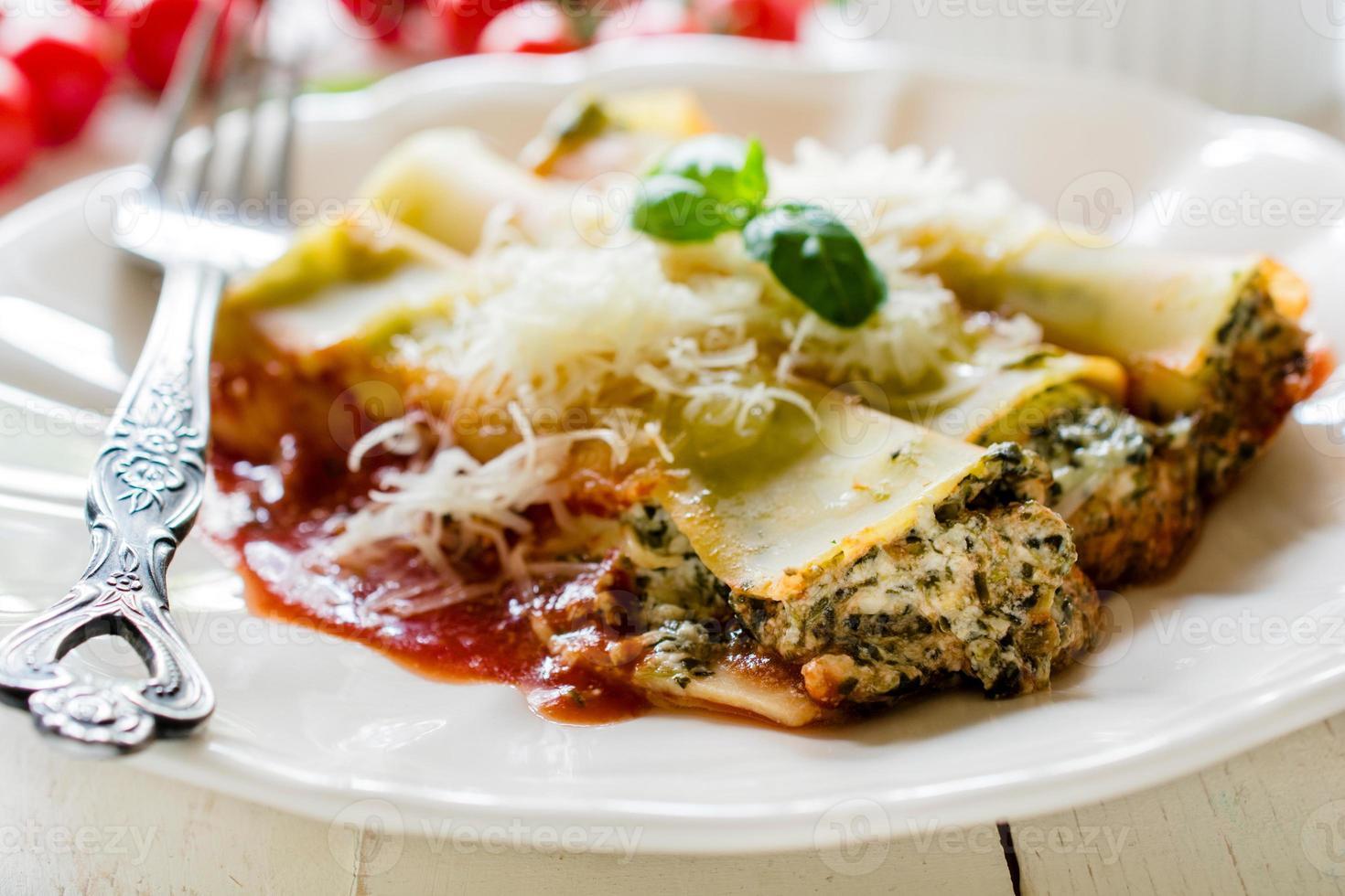 cannoli con espinacas y queso foto