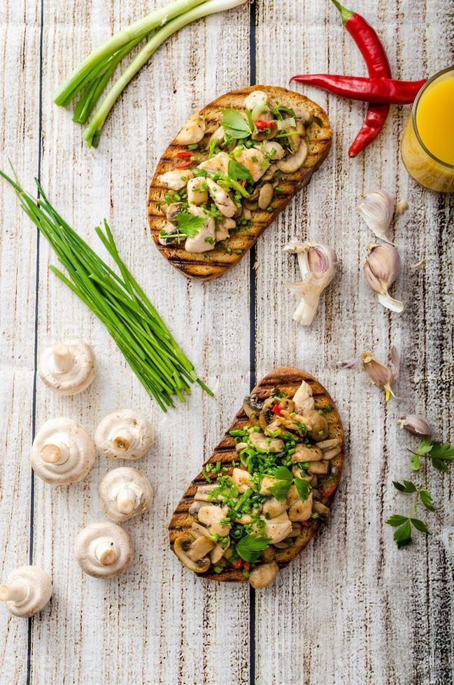 tostadas con champiñones y pollo frito foto
