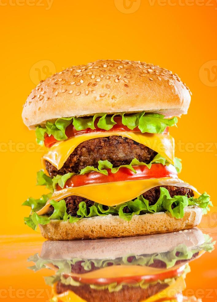 hamburguesa sabrosa y apetitosa en un amarillo foto