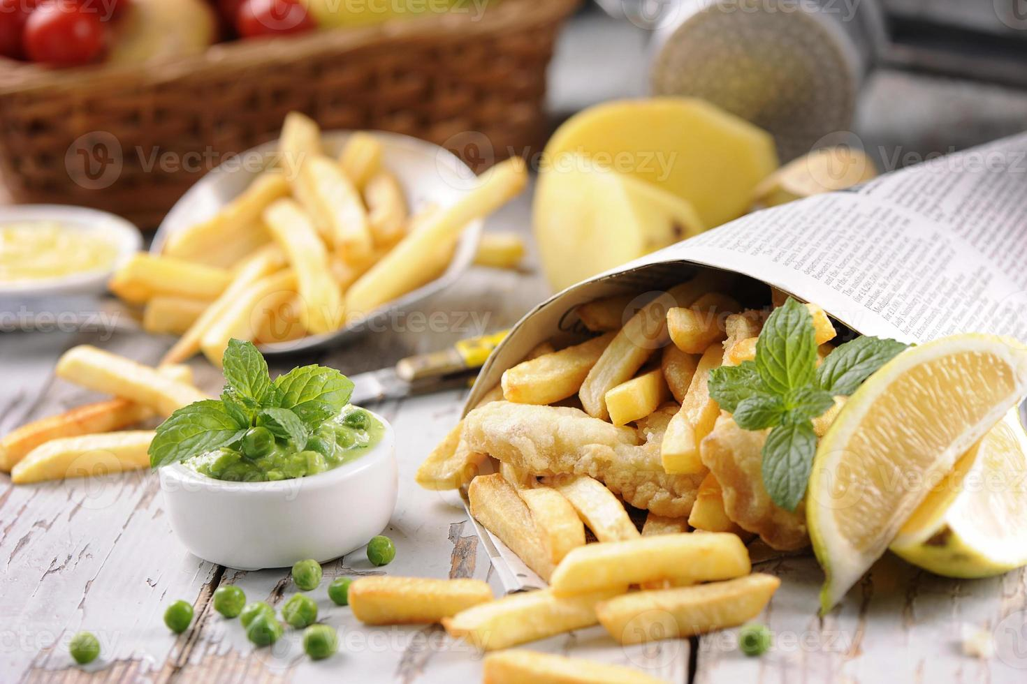 pescado y papas fritas envuelto en periódico foto