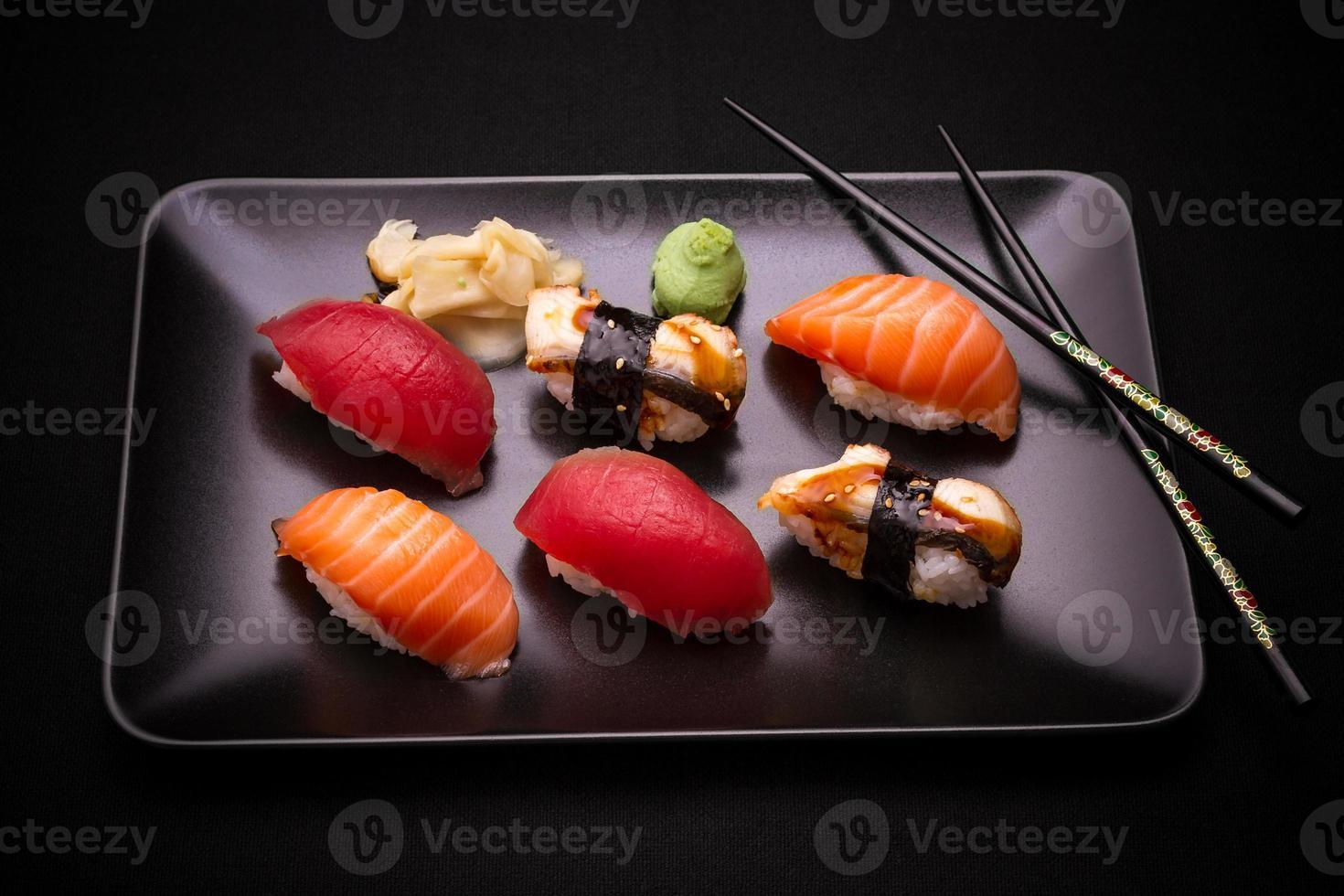 sushi de anguila, salmón y atún con palillos foto