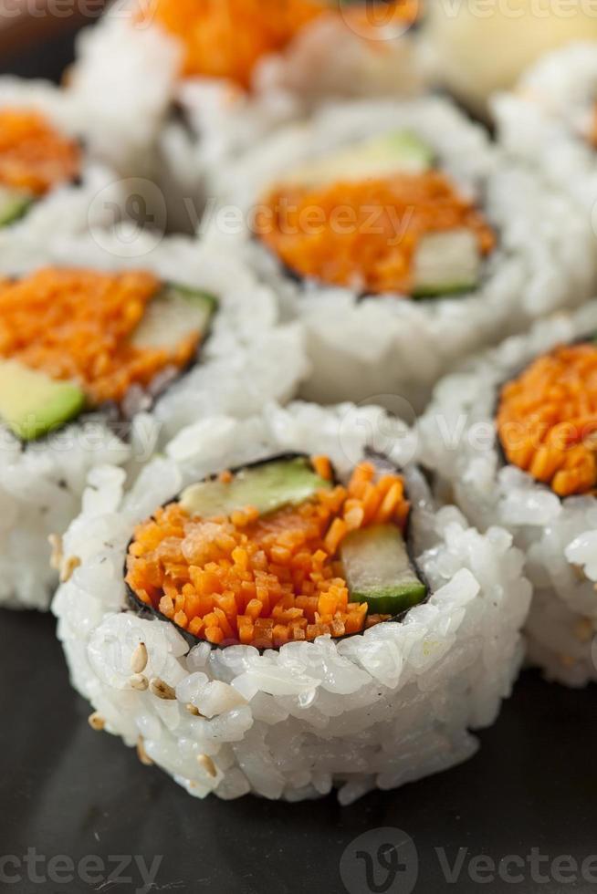 rollo de sushi maki de vegetales japoneses saludables foto
