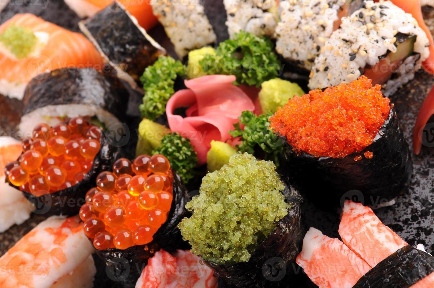 plato de sushi variado foto
