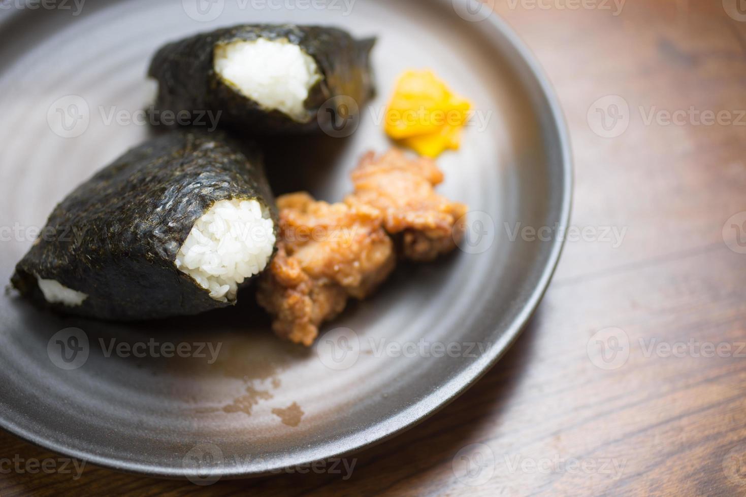 onigiri de bola de arroz japonés foto