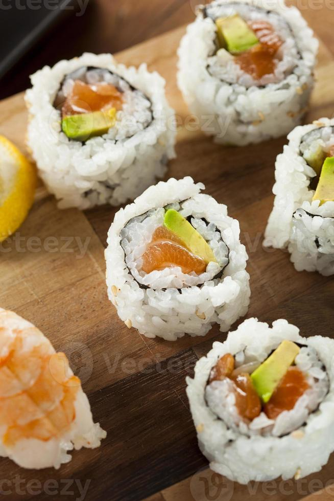 Salmón japonés saludable maki sushi foto