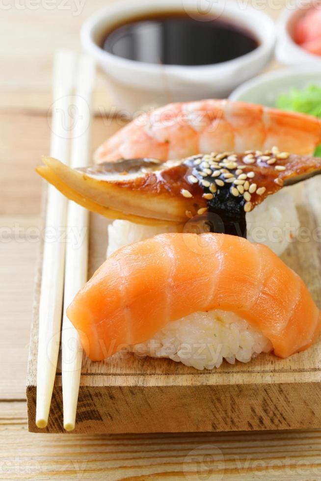sushi de comida tradicional japonesa con salmón, atún y camarones foto