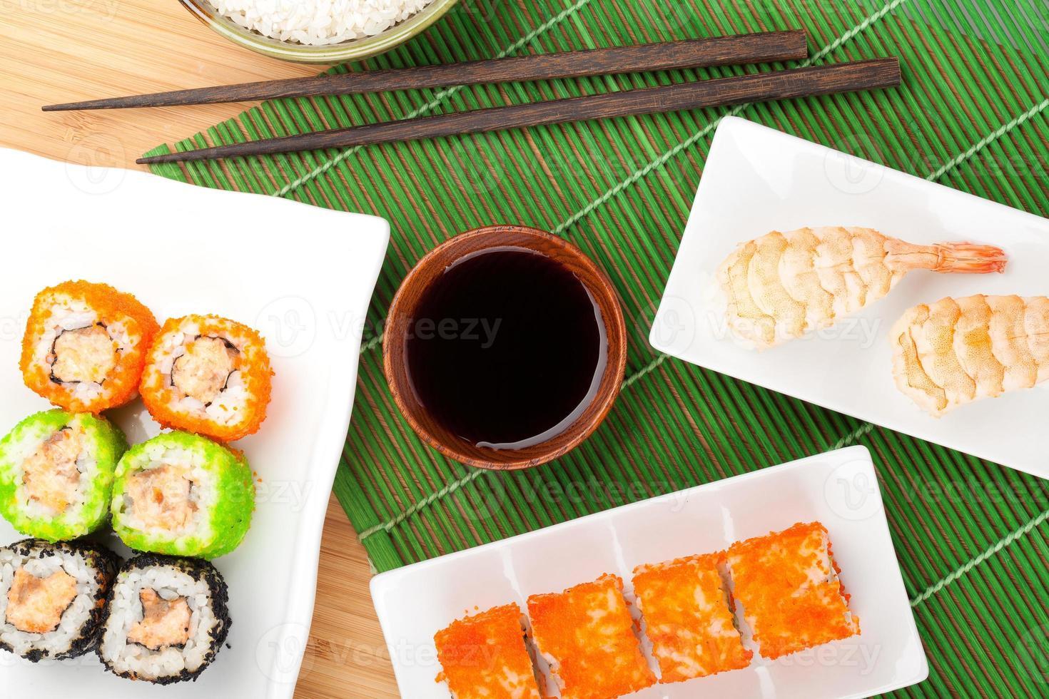 sushi maki y sushi de camarones foto