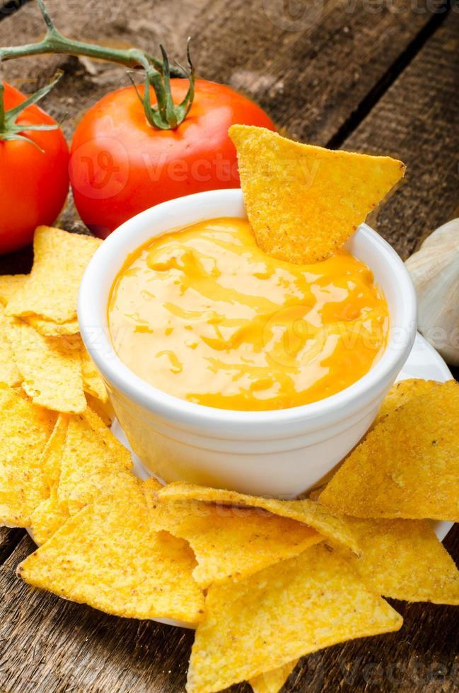 chips de tortilla con tomate y salsa de queso y ajo foto