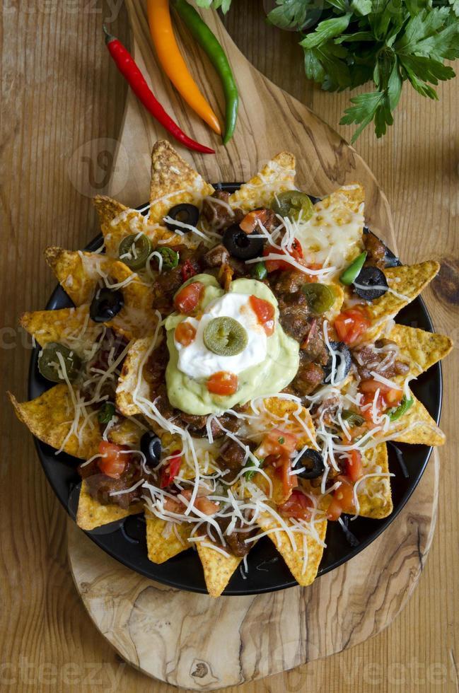 plato de fiesta nacho en mesa de madera foto