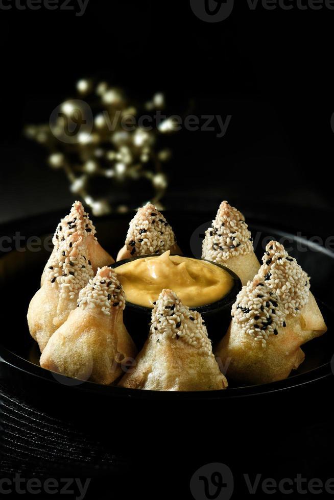 pirámides de sésamo con pollo indonesio foto