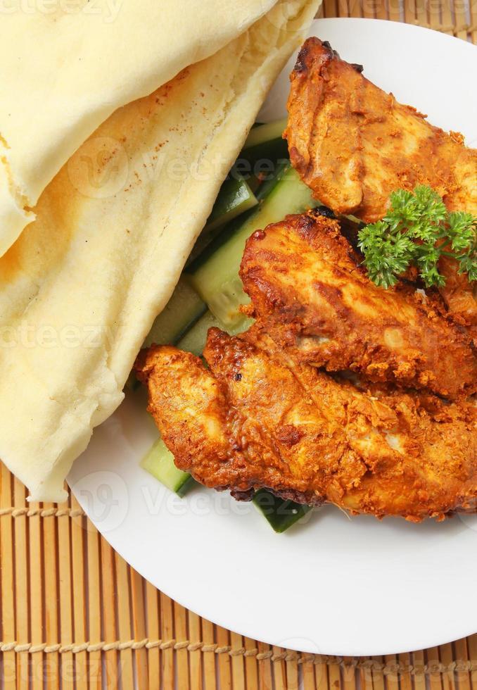 pollo tandoori con pan de tortilla foto