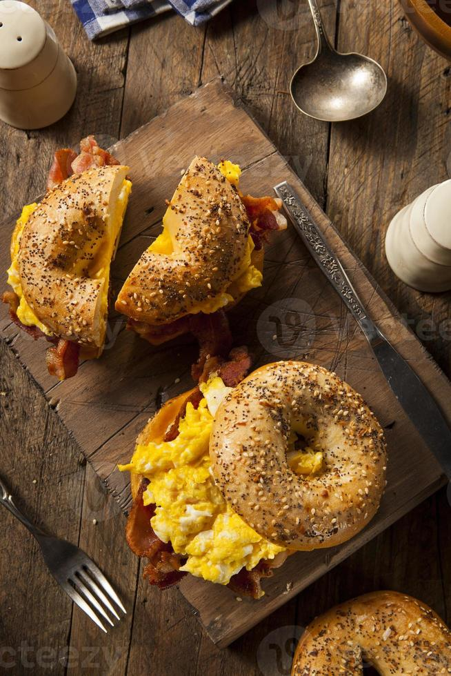 abundante sándwich de desayuno en un bagel foto