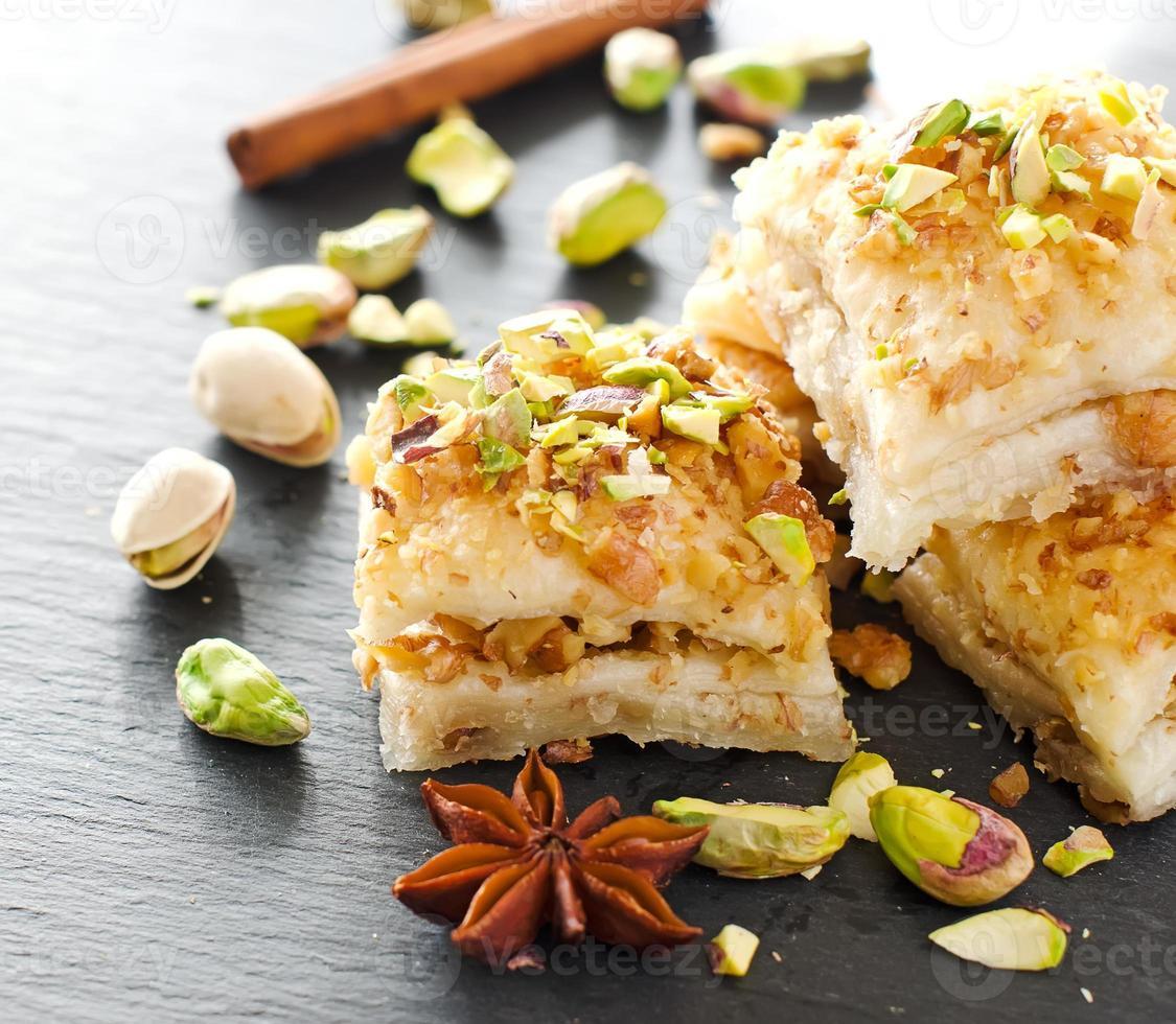 Postre de pistacho turco baklava con pistachos verdes foto