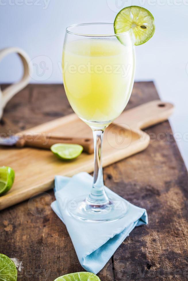 jugo de limón sobre fondo de madera foto