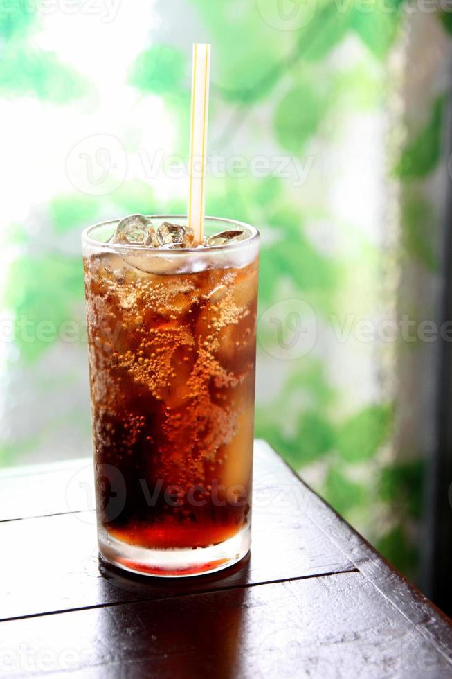 bebida de cola en vidrio. foto