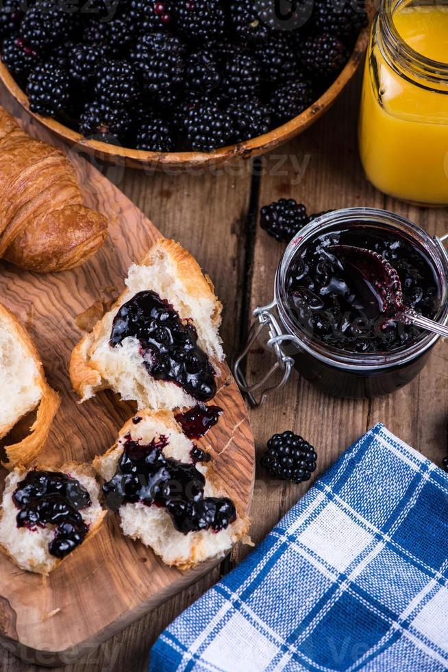 untar croissant con mermelada de moras foto