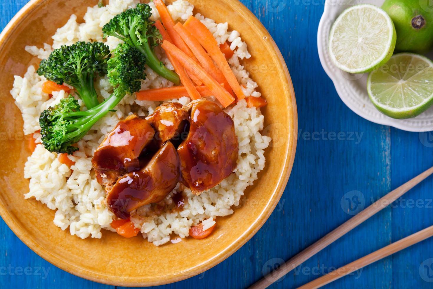 comida de pollo y verduras de cerca foto