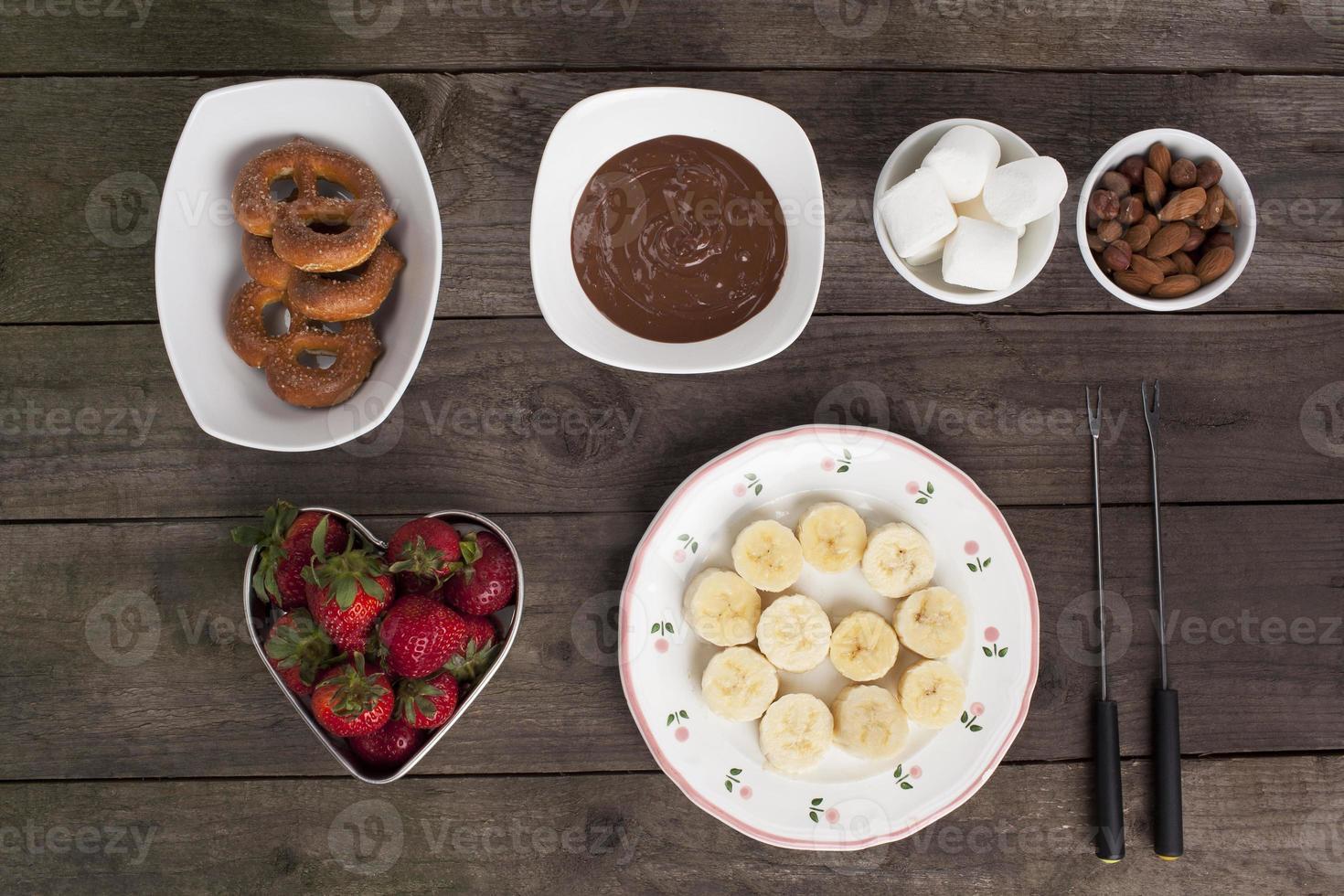 chocolates frutas y galletas en la mesa de madera foto