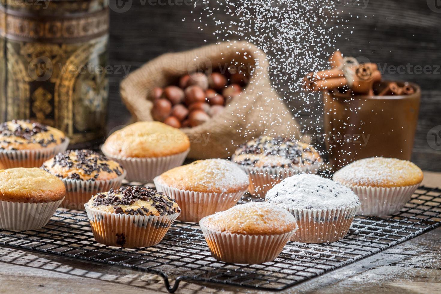 caída de azúcar en polvo en muffins de vainilla foto