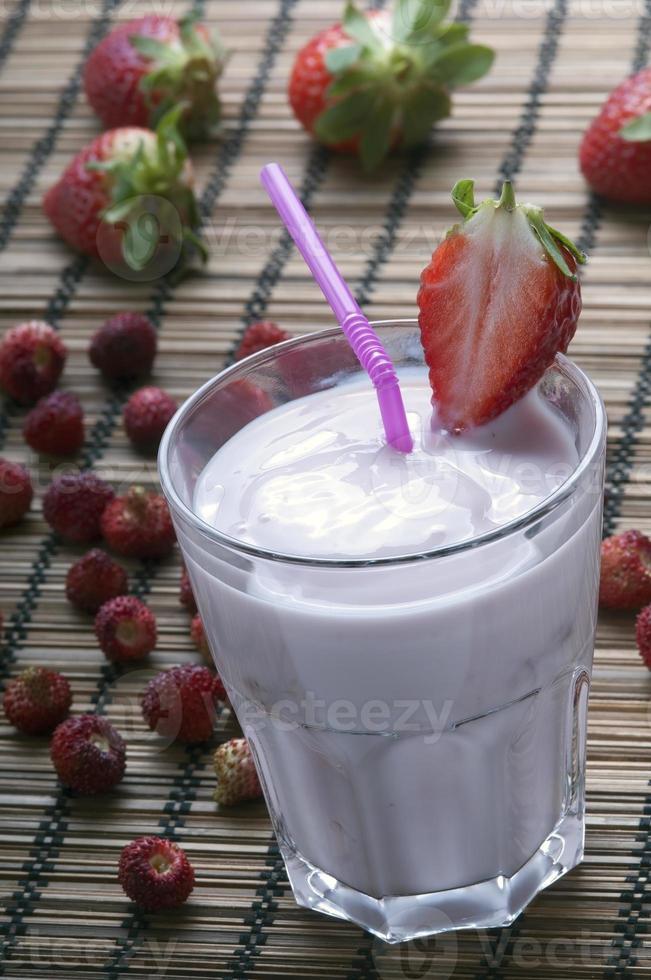 batido de fresa fresca con rodaja de fresa foto
