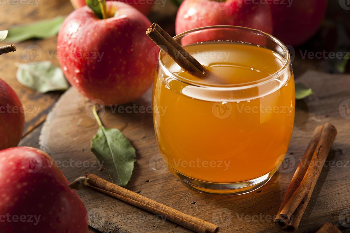 Sidra de manzana orgánica con canela foto