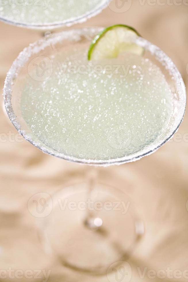Margarita coctel sobre fondo de arena de playa foto