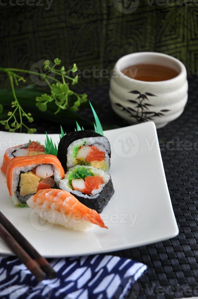 varios sushi con té foto
