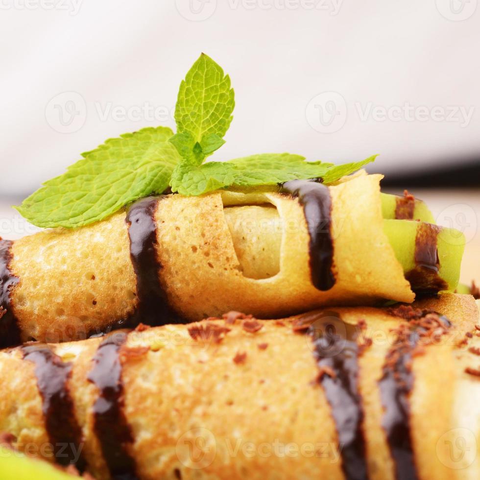 crepes de kiwi con jarabe de chocolate foto