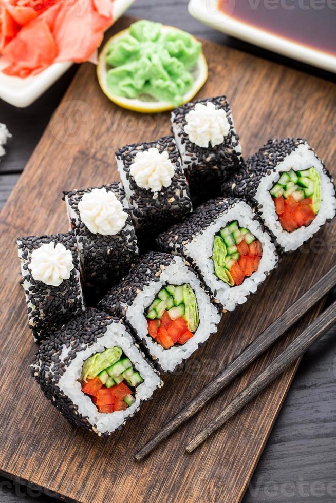rollo de sushi con salmón y camarones foto