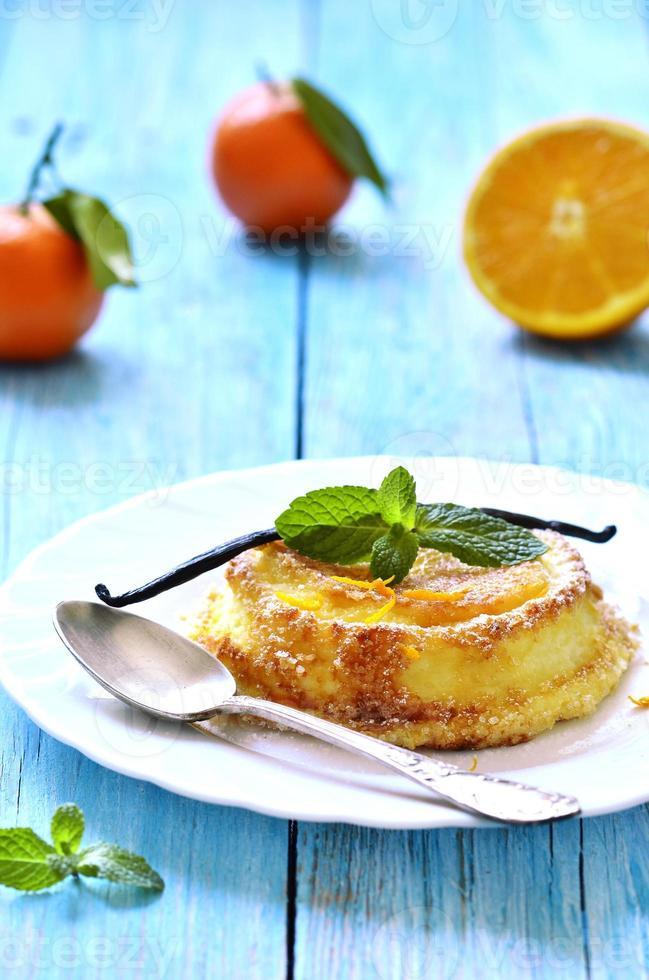 soufflé de cuajada con naranja y vainilla. foto