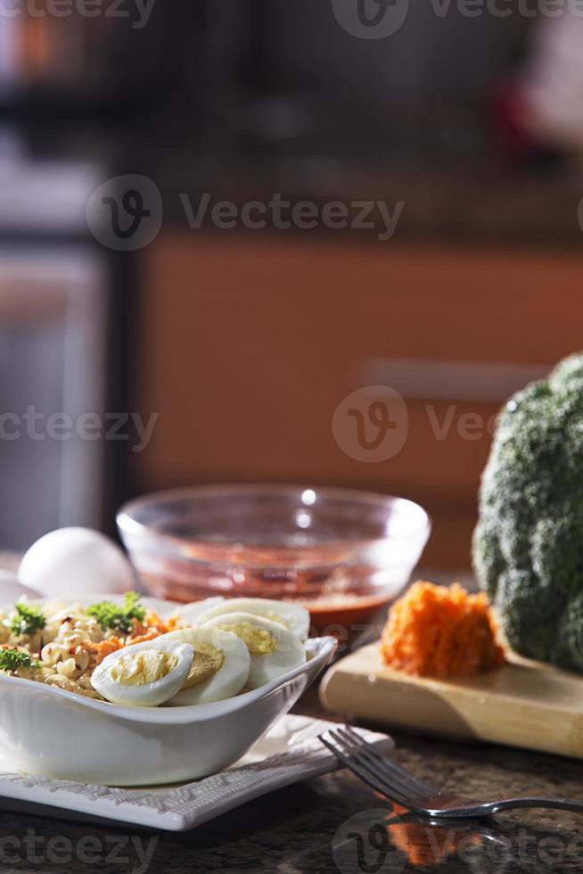 deliciosos nodos de ramen cocidos en ambiente de cocina foto